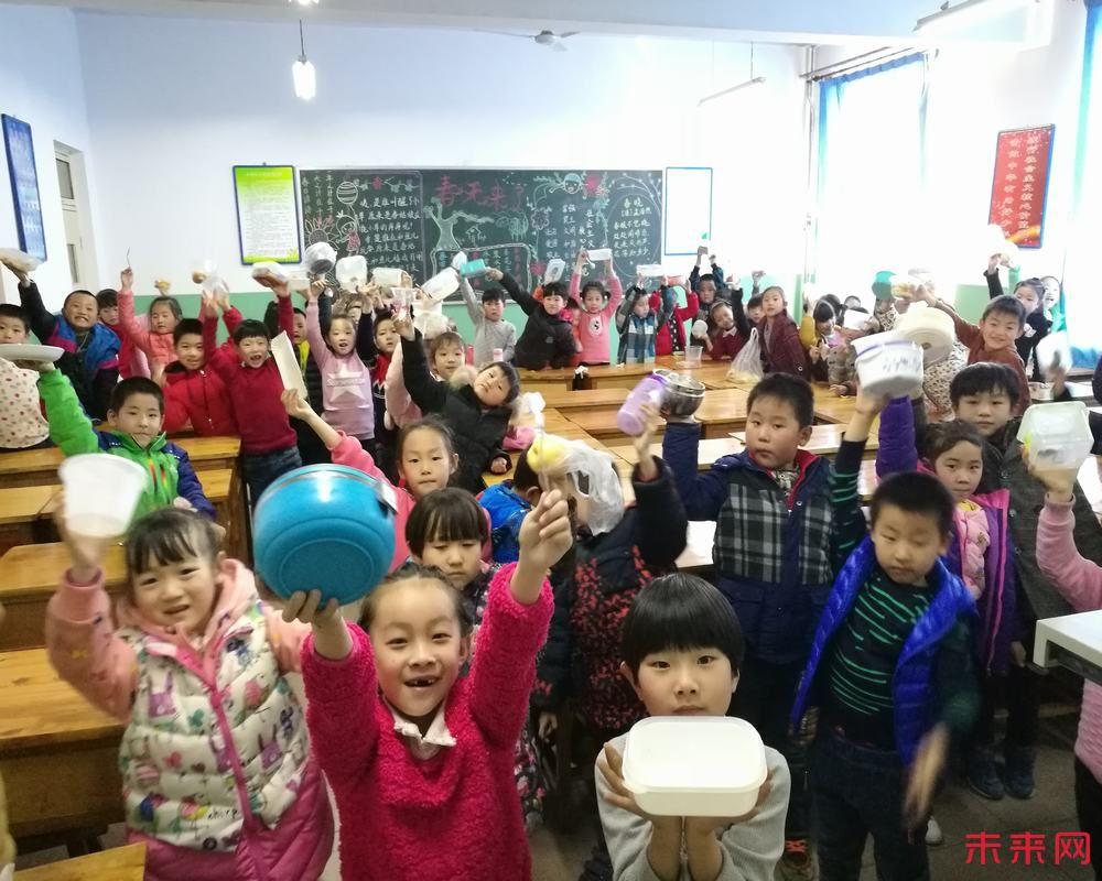 2月23日下午,鹿泉区实验小学一年级举办了美食节。   中午,孩子们在家长的监护下精心选取食材并制作了一道道美食,下午带到学校利用班会课与同学们分享。活动中,各班老师首先安排学生对各自的美食进行了简单的介绍,包括食材有什么,烹制过程等等,然后进行了美食分享大会。因为是自己动手制作的美食,所以孩子们吃得格外香甜,开心与自豪感洋溢在每个孩子的脸上!