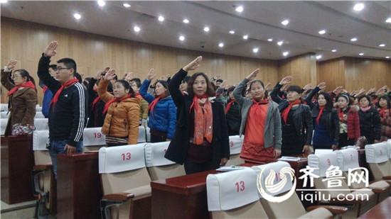 辅导员们学习行队礼-滨州中小学辅导员重温少先队礼仪