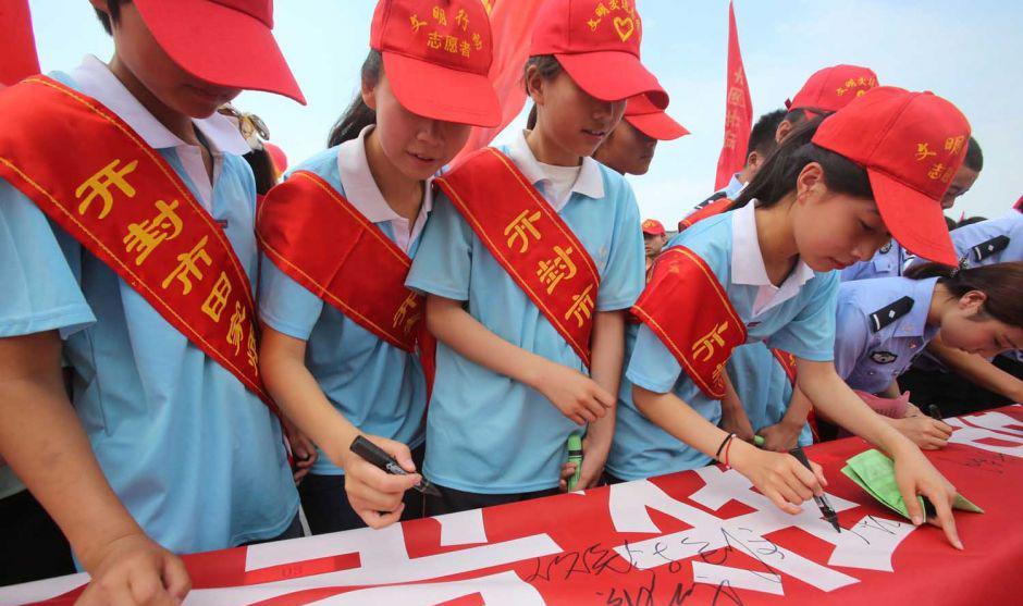 开封:小小红领巾相约中国梦 手拉手共创文明城市