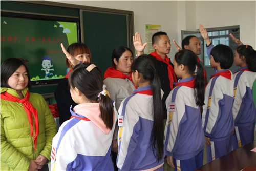 少先队员向校外辅导员敬队礼-家校携手唐冶小学举行校外辅导员聘任