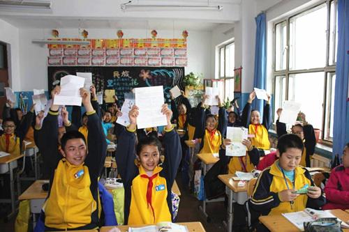 """裕民一小少先队员""""手拉手""""书信活动的新年的礼物辽宁小朋友的来信    今天,我校学生收到了来自辽宁小朋友的信。信中问候了我校的老师和同学、交流各自学习生活中的喜怒哀乐、表达了迫切希望收到回信的殷殷期待,两校作为手拉手学校,虽然相隔千里,但并不能阻挡孩子们想要相互了解的愿望。利用书信的方式,两校小学生拉近了彼此的关系,认识了远在辽宁的朋友,促进了两校间的友好发展,推动了两校树人育人工作的开展。最重要的是,通过这种方式,让孩子们有了更加想要去探索世界的勇气,也更加有利于学生打开心扉,理解他人,走进他人,"""
